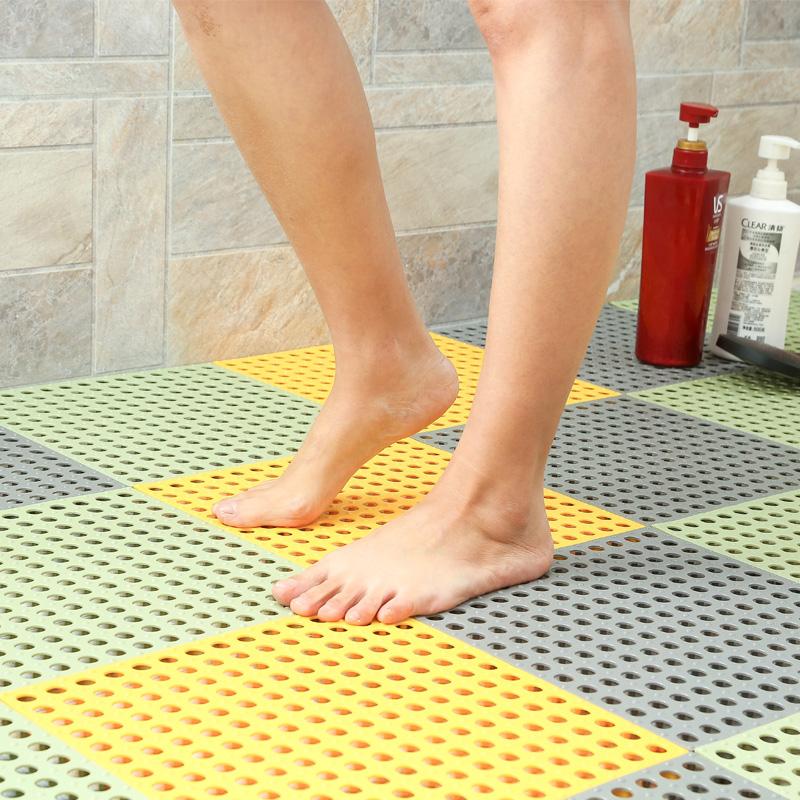 バスルームの滑り止めマットを使ってトイレのマットを広く張り、バスルームの転倒防止トイレのマットを開けて水をあけます。