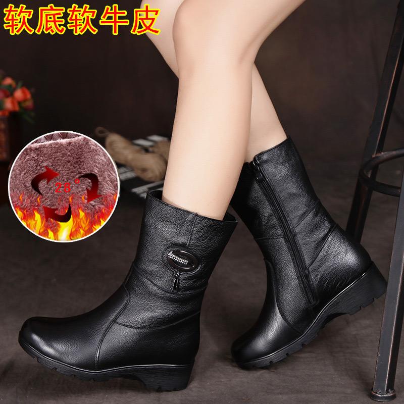 中年の平底のお母さんの短い靴のカジュアルな加絨の綿の本皮の靴の半高腰の桶の中で女性の秋冬季の厚い底