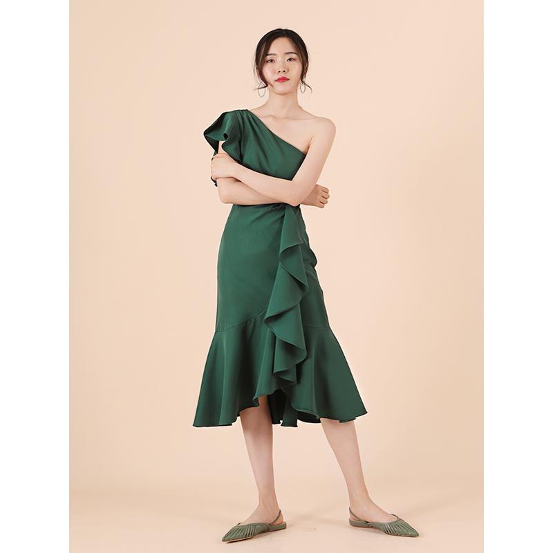 TANSSHOP礼服裙2019新款斜肩荷叶边褶皱中长款显瘦婚礼连衣裙D549