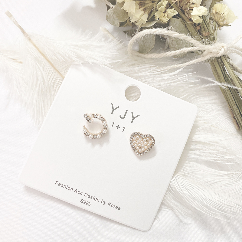Asymmetric pearl Love Earrings at the east gate of South Korea