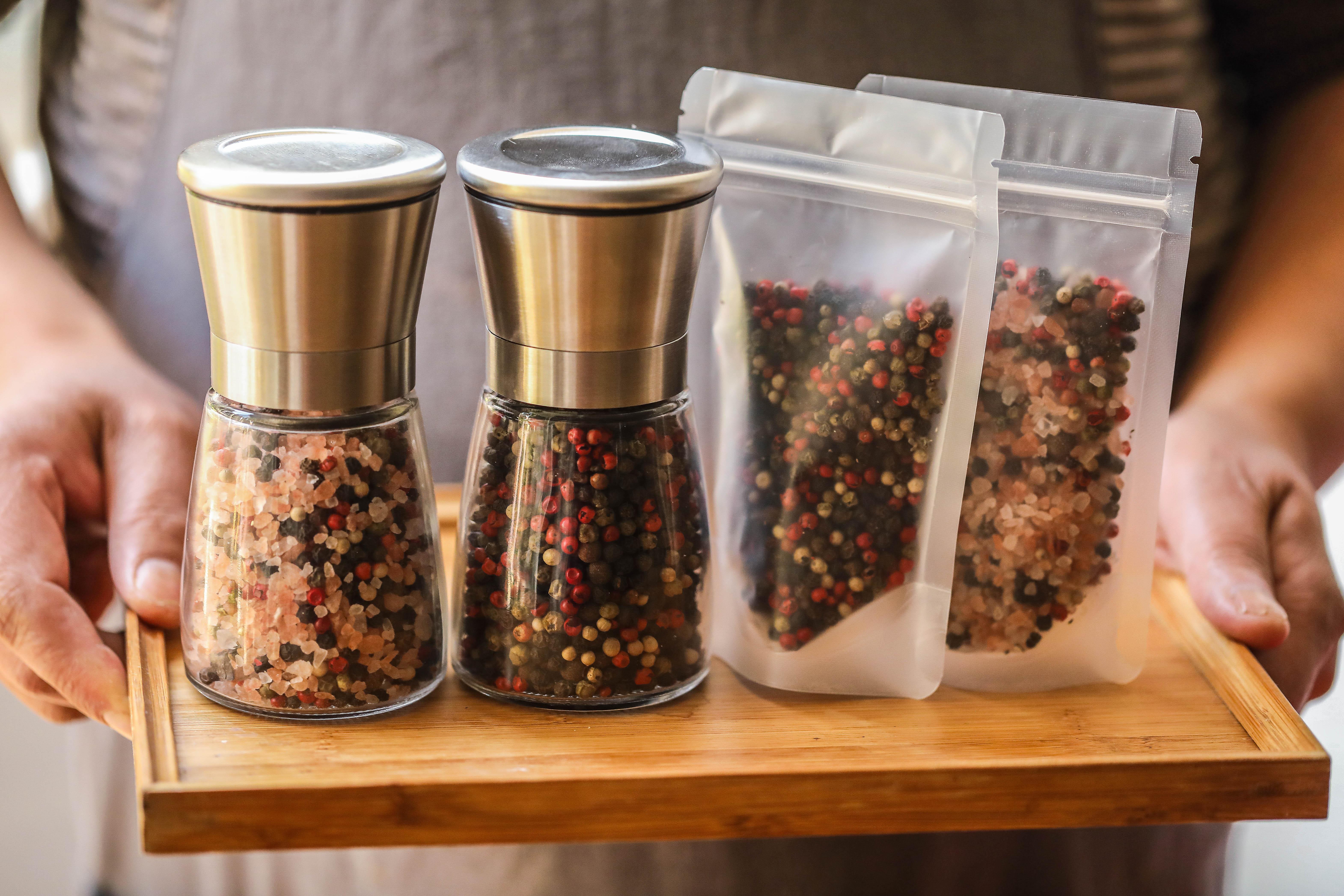 ステンレス胡椒研削器に五色胡椒/五色胡椒の粒を合わせて38元で郵送します。