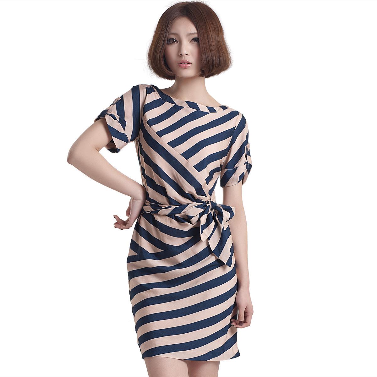 Женское платье в полоску.