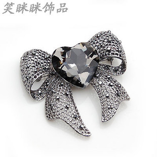 Smiling gun black crystal heart shaped brooch bow brooch Europe and America upscale suit decals