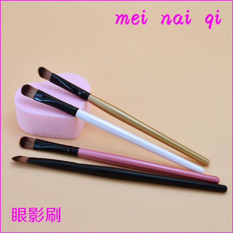 Mnac sells wooden handle, dark hairy eye shadow brush, makeup tool, makeup repair brush, foundation brush.