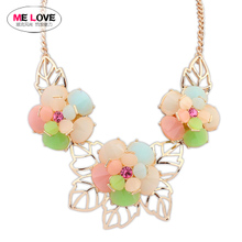The new spring and summer in Europe and the color acrylic crystal big flower exaggerated collarbone short chain necklace clothing deserve to act the role of women