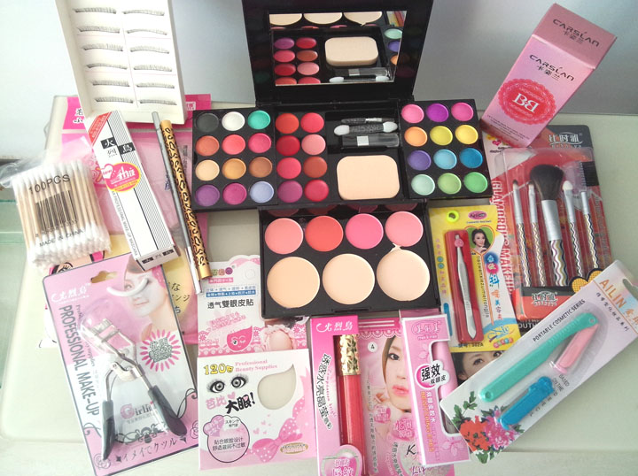 In 2017, there are 30 kinds of combination package, color dress, fake girls make-up set, cosmetics, CD cross dressing beauty tools for women and men
