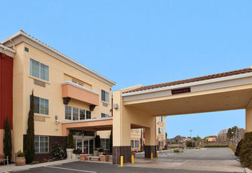 HOLIDAY INN EXPRESS & SUITES B
