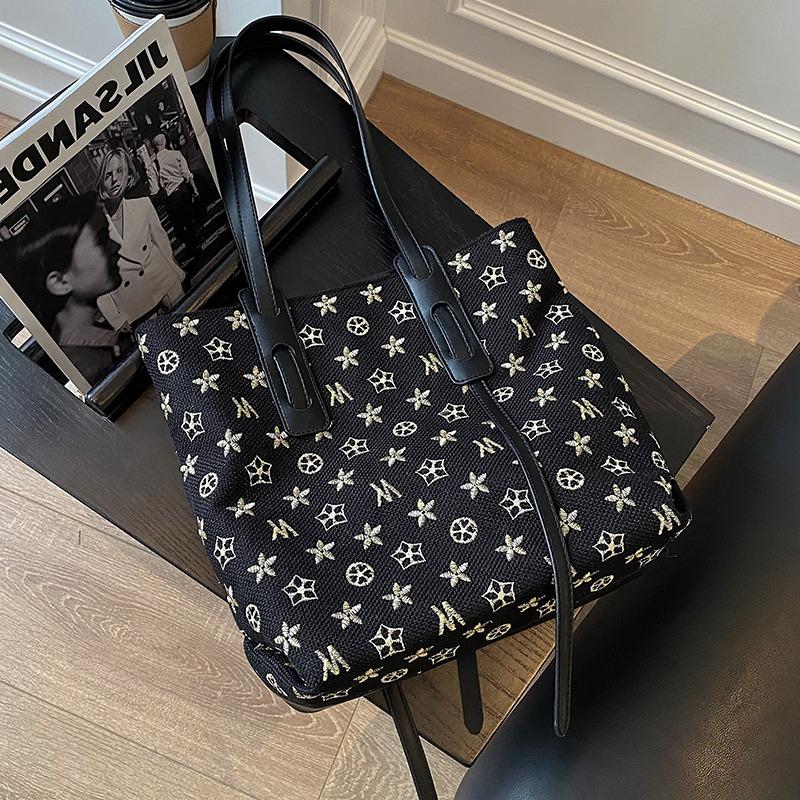 Shanghai guest supply 2021 new fashion versatile black one shoulder portable diagonal bag shopping Lolita bag