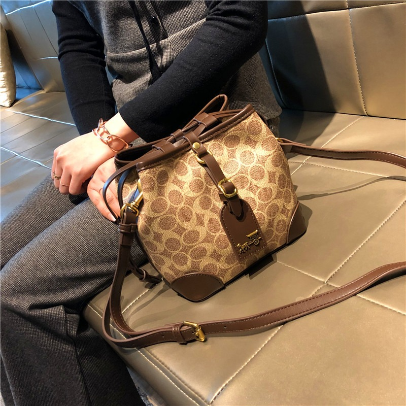 Shanghai guest supply 2021 new fashion versatile one shoulder portable diagonal bag bucket chest pet bag Lolita bag