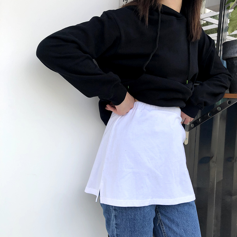 Fold on the inside of the sweater with the bottom skirt, the exposed white edge and the sweater with the fake hem, the white T skirt and the pure cotton skirt