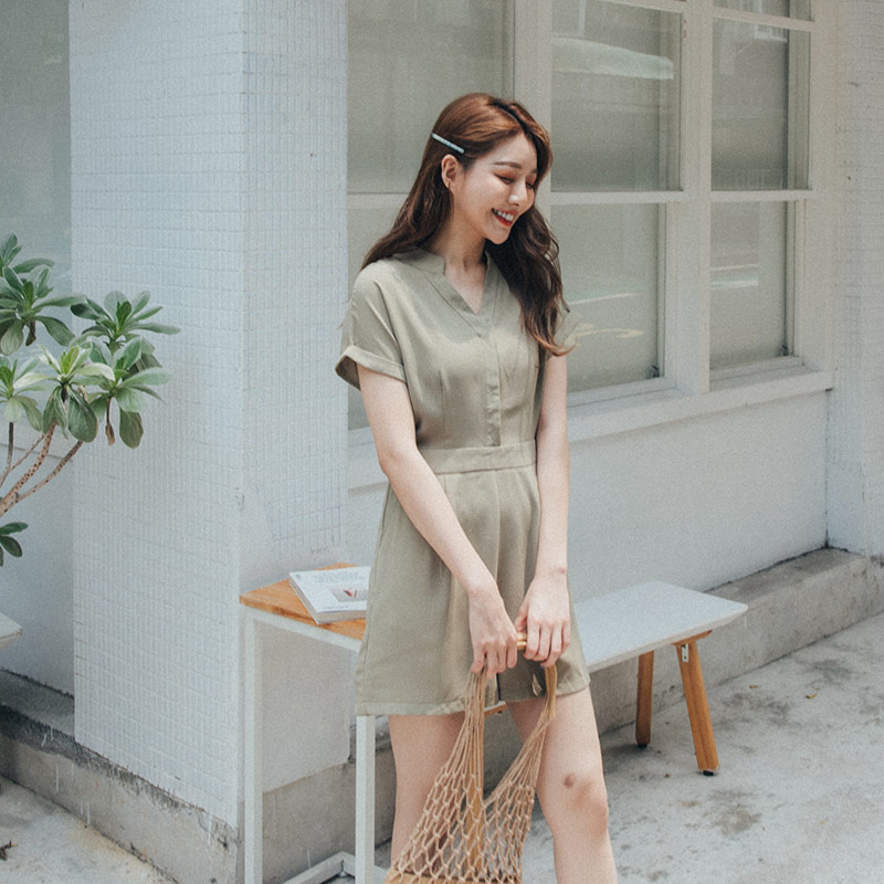 QUEENSHOP 2020春夏新品女装设计V领打折连身短裤04050638