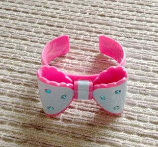 Bow Acrylic Bangle spot