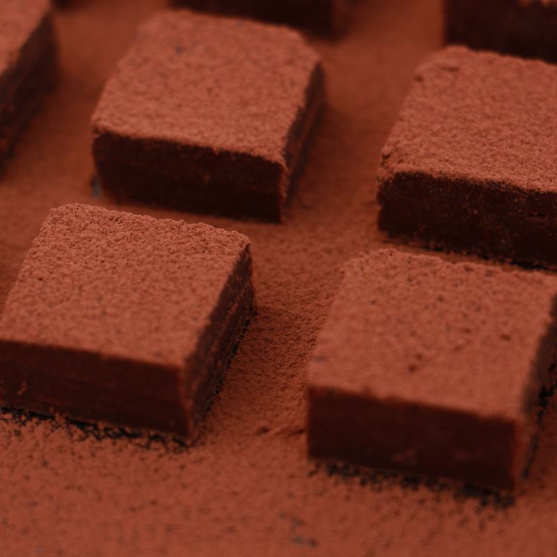 母の日ネットの赤いお菓子と生チョコの誕生日プレゼントの箱のトリュフは男女の友情の贈り物を送ります。