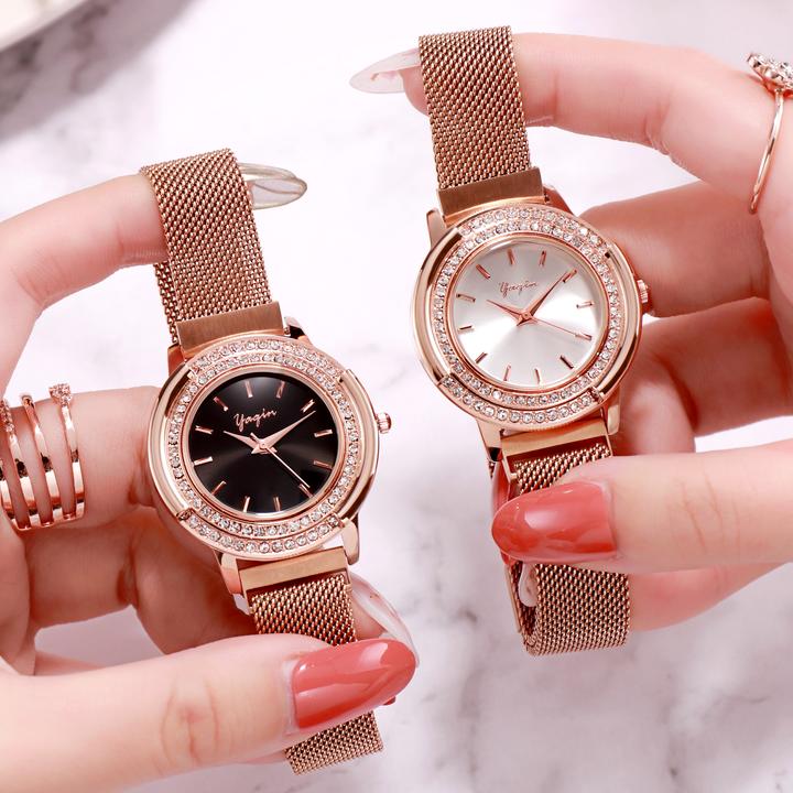 正ブランドの雅琴女史は鉄石の腕時計のファッション的な女性のモデルの学生を吸い込みます。