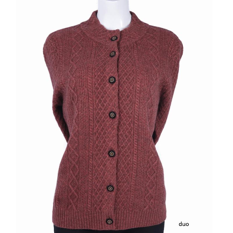 中高年の女性は純度のカシミヤのセーターを着ています。オルドス市産の高襟絞花のシャツです。お母さんはゆったりとしたカーディガンを着ています。
