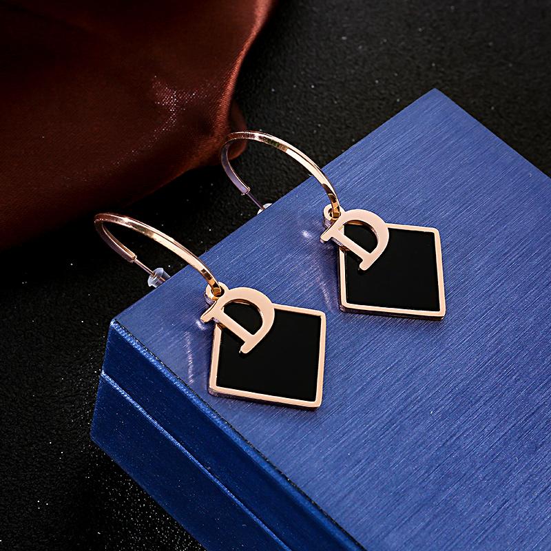 新款潮气质几何菱形字母耳坠高级感耳环不掉色防敏个性耳饰品女款