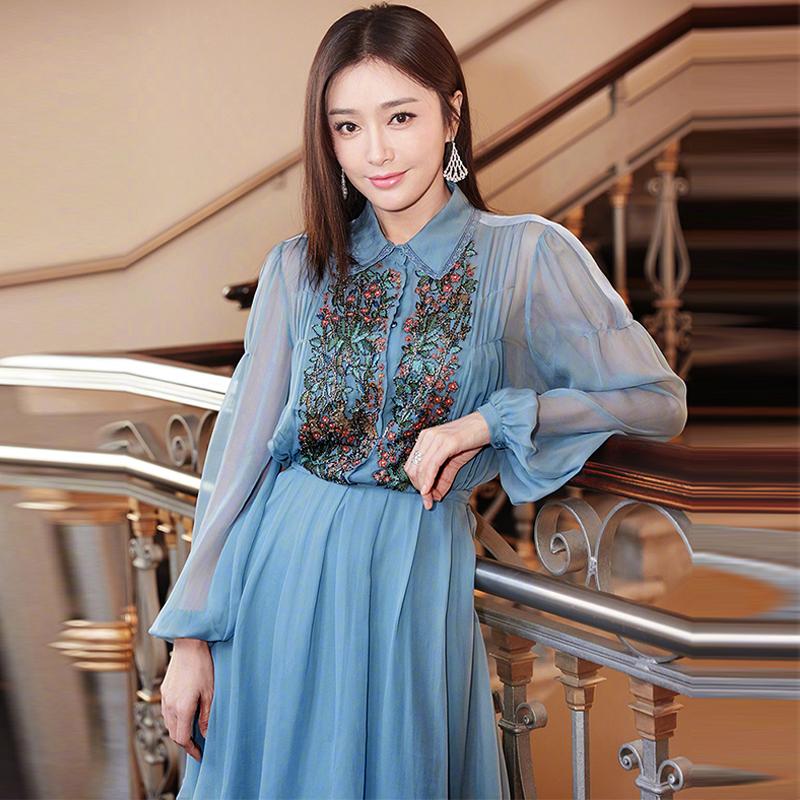 20歳のスターと同じシフォンのシャツは青重工の刺繍の長袖のプリーツの天女の飄逸なワンピースです。