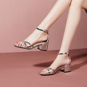 丽雅图2020夏季新款一字扣带银色粗跟真皮露脚趾方头中跟凉鞋女鞋