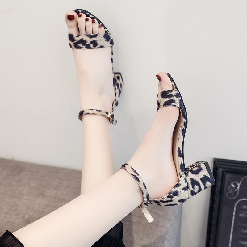 网红豹纹高跟凉鞋女英伦风2019夏季新款中跟粗跟韩版一字扣罗马鞋
