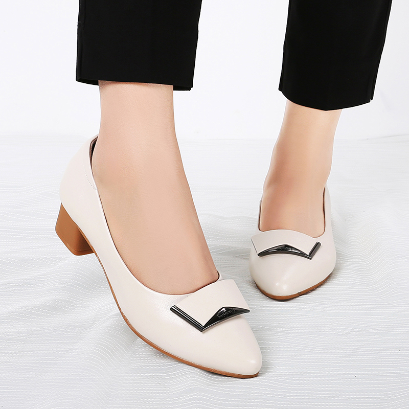 In the spring and Autumn period, young womens leather single shoes are 30 years old and about 50 years old. Their mothers shoes are half high heels and thick heels.