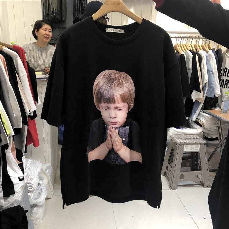 东大门韩国男装代购直播款式可爱男孩祈祷人像宽松短袖T恤190315
