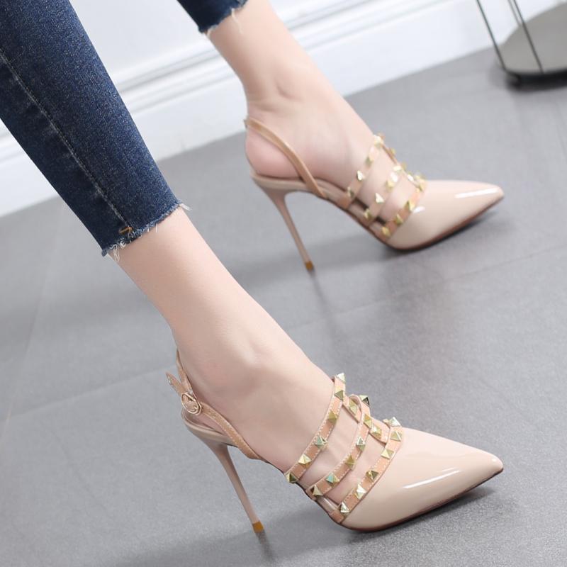 法式女鞋2019新款漆皮尖头高跟鞋女细跟铆钉一字扣带罗马包头凉鞋热销10件正品保证