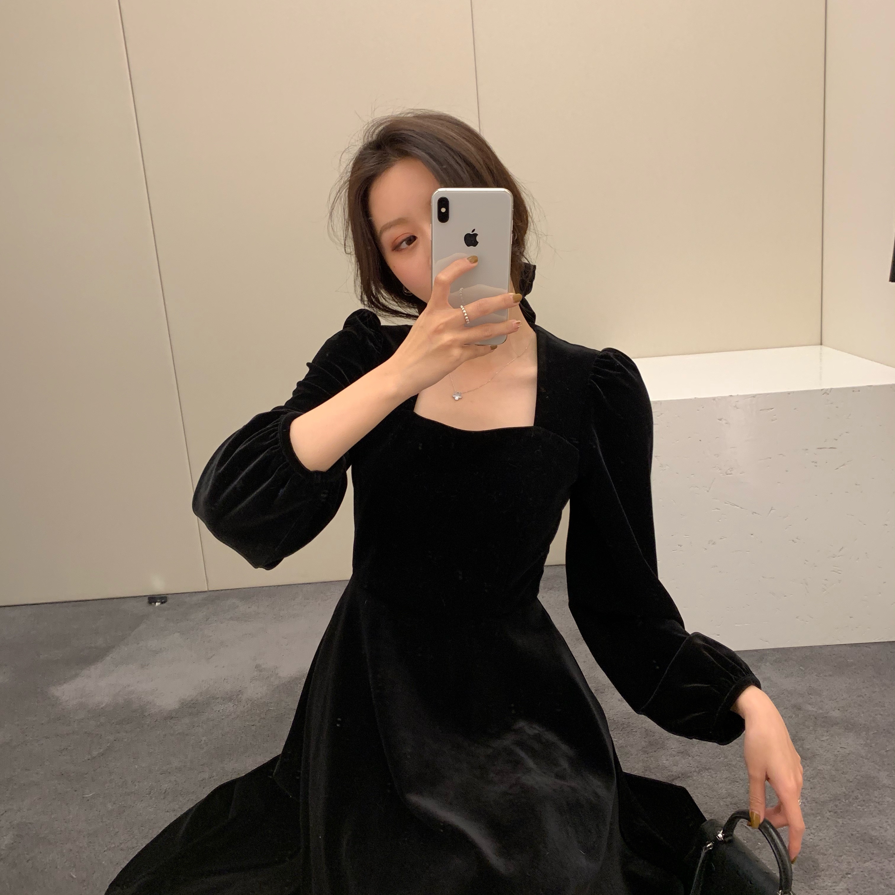 配大衣黑色打底裙子女秋冬法式复古长款泡泡袖方领丝绒内搭连衣裙