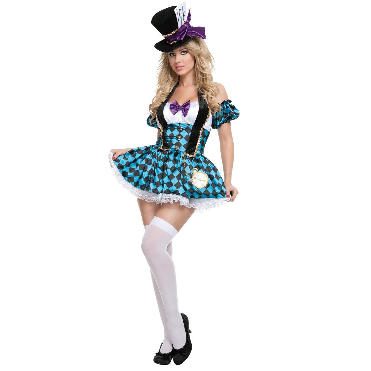 ハロウィンの服装の成人の女性のアリスの仙境のサーカスのピエロはマジシャンの役に従って服装を演じます。
