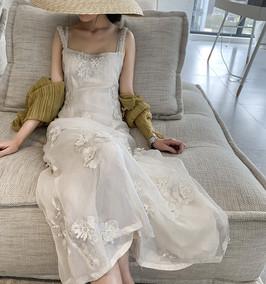 很仙的白色桔梗法式少女绣花连衣裙
