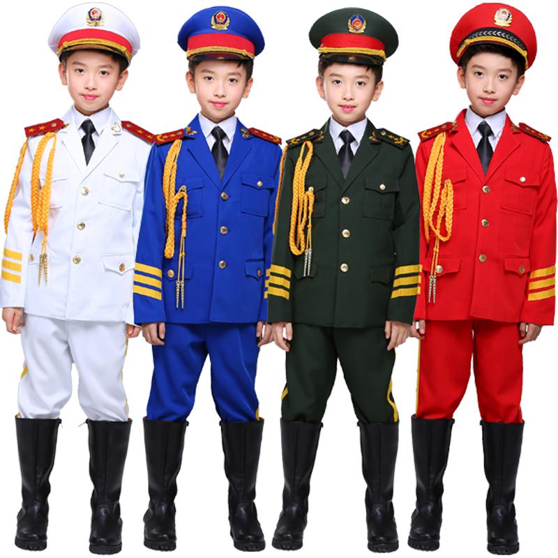 子供の儀仗隊の国旗のクラスの中小学生は旗を上げて服装の護衛隊の旗を上げる儀式の旗を揚げます。