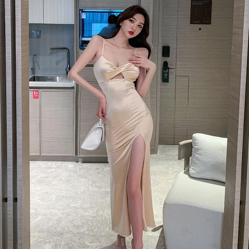 夜の高レベルの服2021夏の新商品は深いVネックと低い胸を持っています。