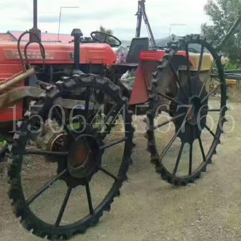 小型四輪トラクターを改造し、農用苗木噴霧薬打機の水田実心に鉄輪の狭いタイヤゴムの車輪を装着する。