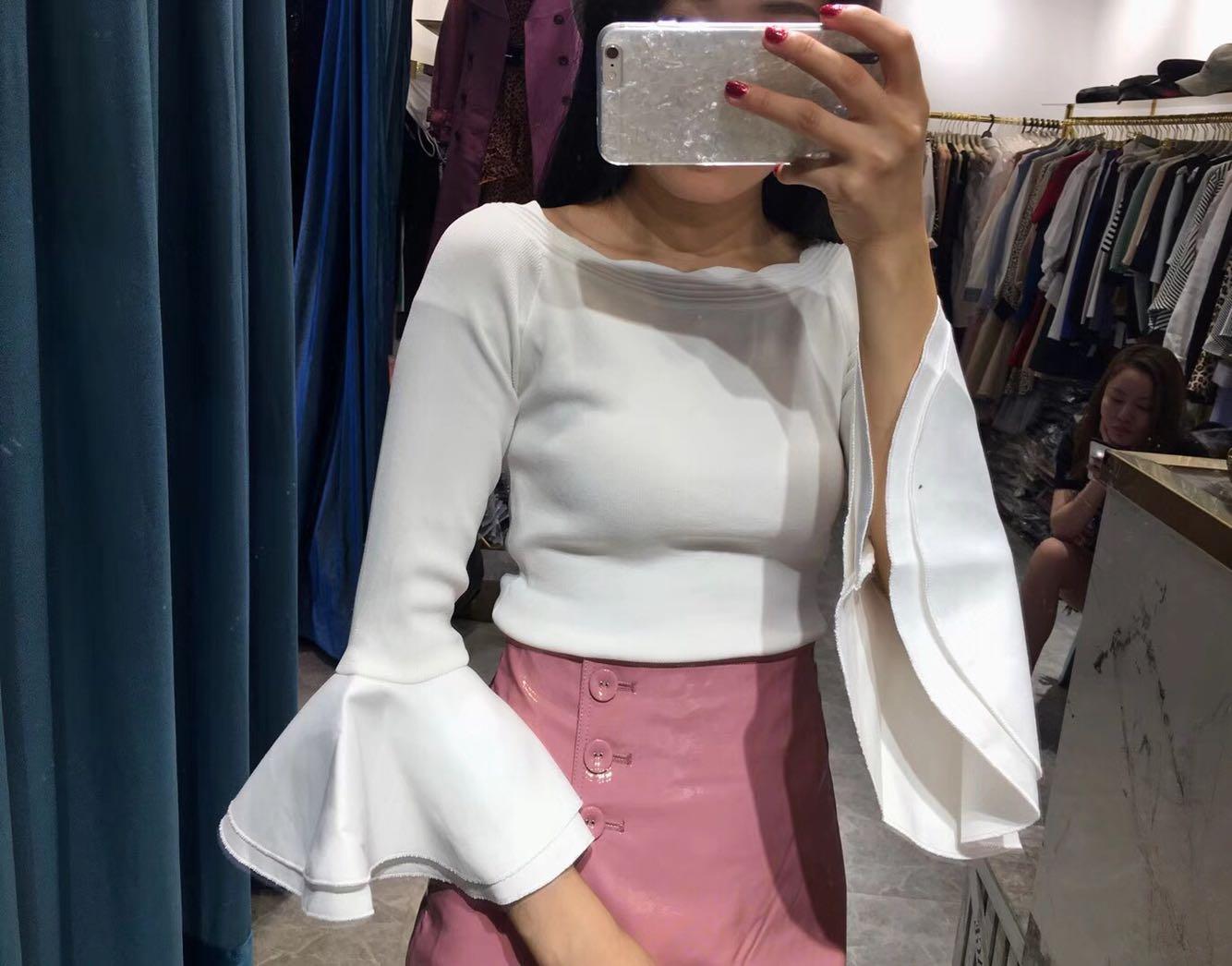 九小姐定制2018秋装新款时尚一字领露肩喇叭袖冰丝打底针织衫