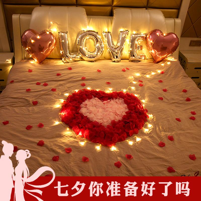 バラの花弁はロマンチックなキャンドルを作ります。