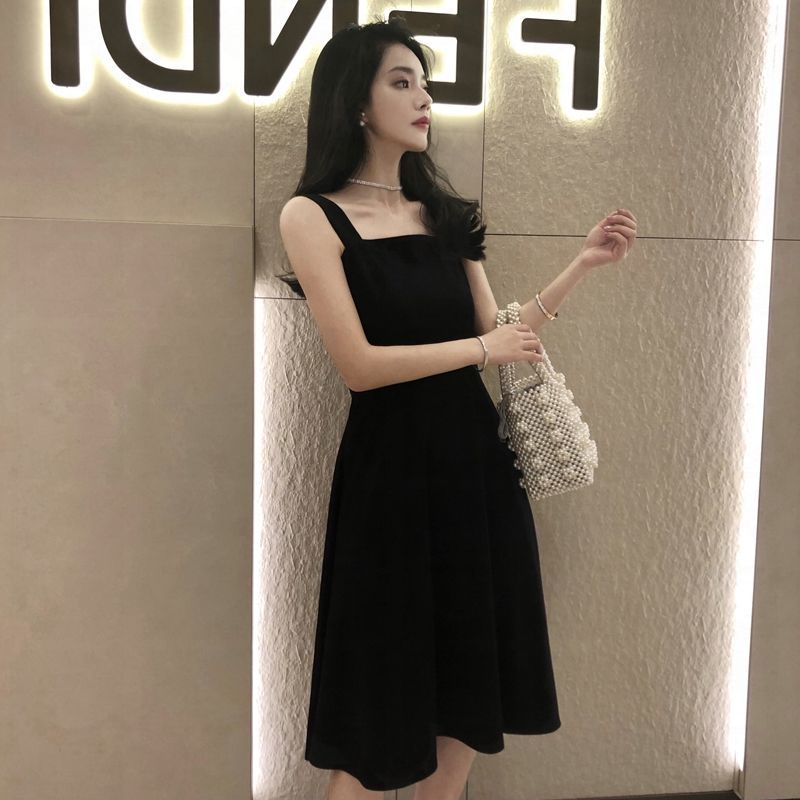 In the summer of 2021, it is light cooked and retro, with a new suspender inside and outside, a small black skirt and a long dress in womens pocket