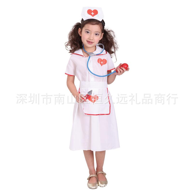 ハロウィンの子供医師の看護師役が白衣医師の舞台衣装に扮します。