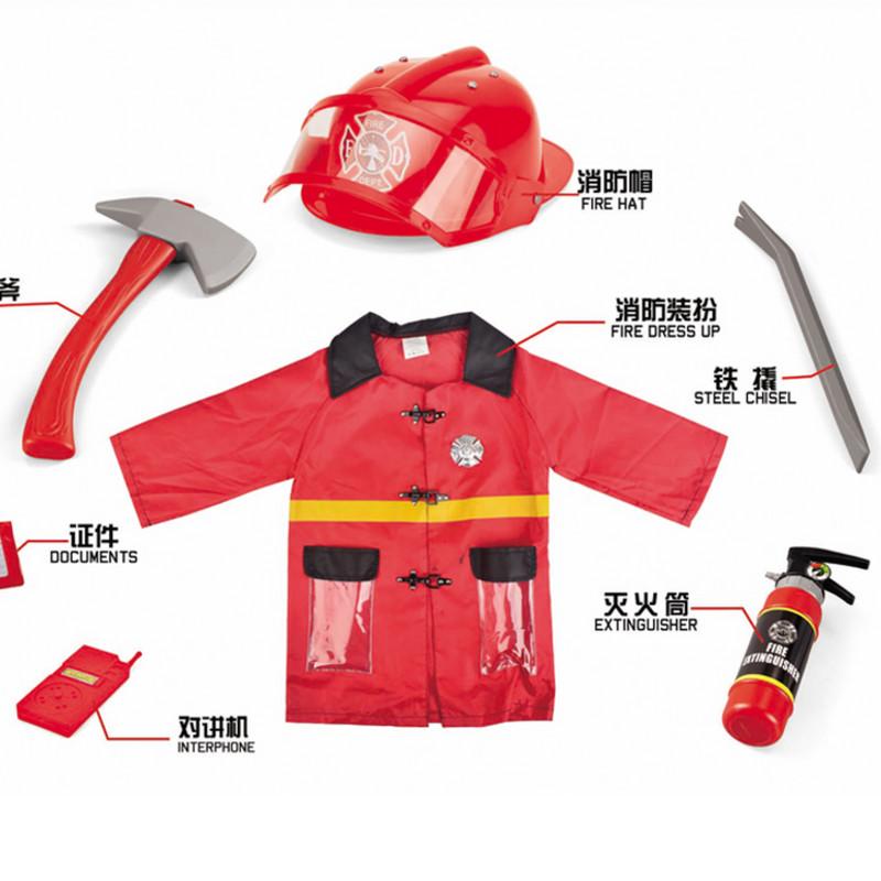 消防帽子の噴水消火器の男の子は幼稚園の役を演じて道具の子供の消防のおもちゃの消防士のカバーを演じます。