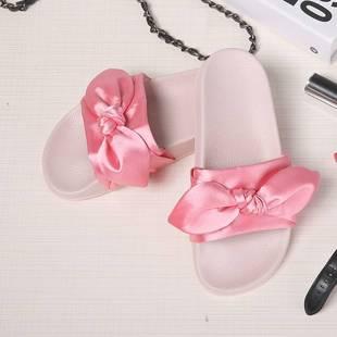 蕾哈娜宮廷風粉色涼拖綢緞面蝴蝶結拖鞋一字拖平底沙灘涼火熱暢銷