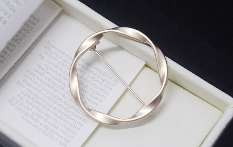 Japanese and Korean geometric exquisite ring Brooch circular pin sweater cardigan button men and women Europe and America simple decorative buckle