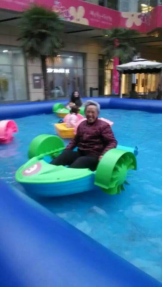 供应儿童水上手摇船亲子游乐手摇船电动碰碰船充气水池手摇船套餐