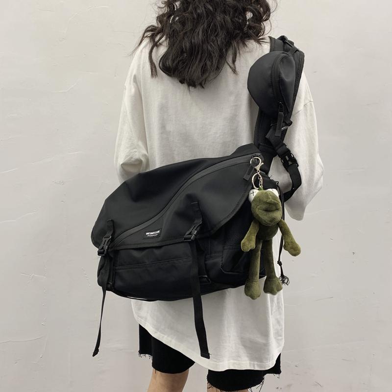 日系潮牌大容量邮差包男士学生斜挎书包运动骑行包女工装机能背包