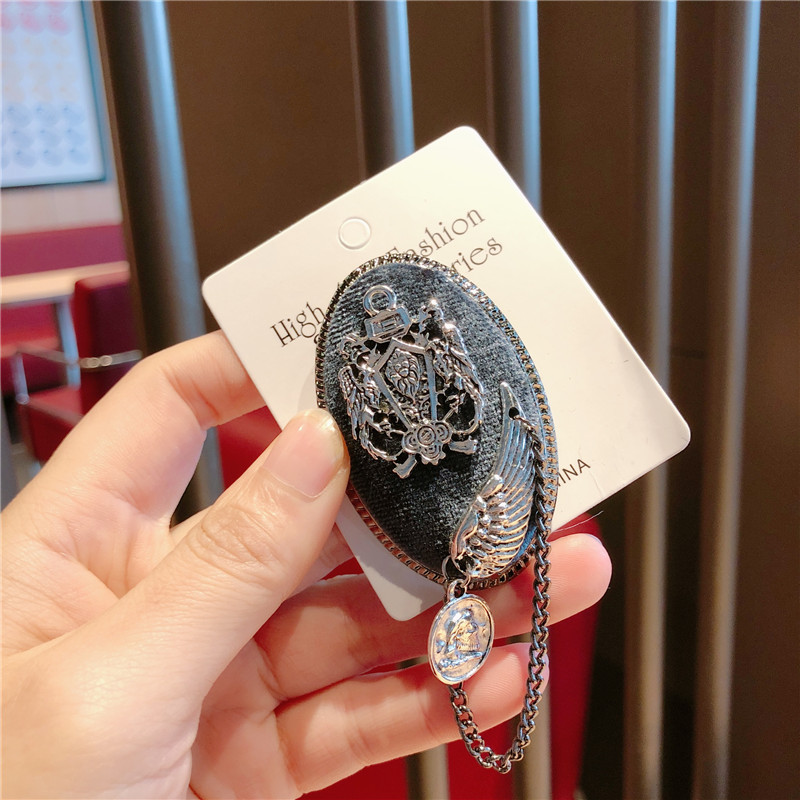 China Fashion Accessories flower geometric ring Brooch fashion European and American black and white burr Pearl
