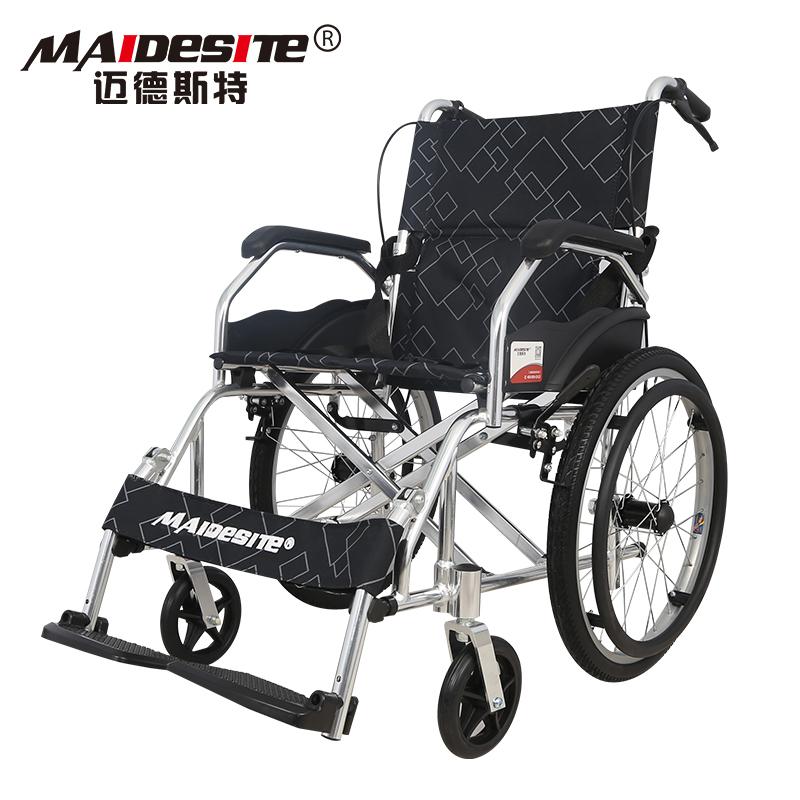 マイドスト車いすが軽便に折り畳まれた小型超軽量携帯老人用手押し車。