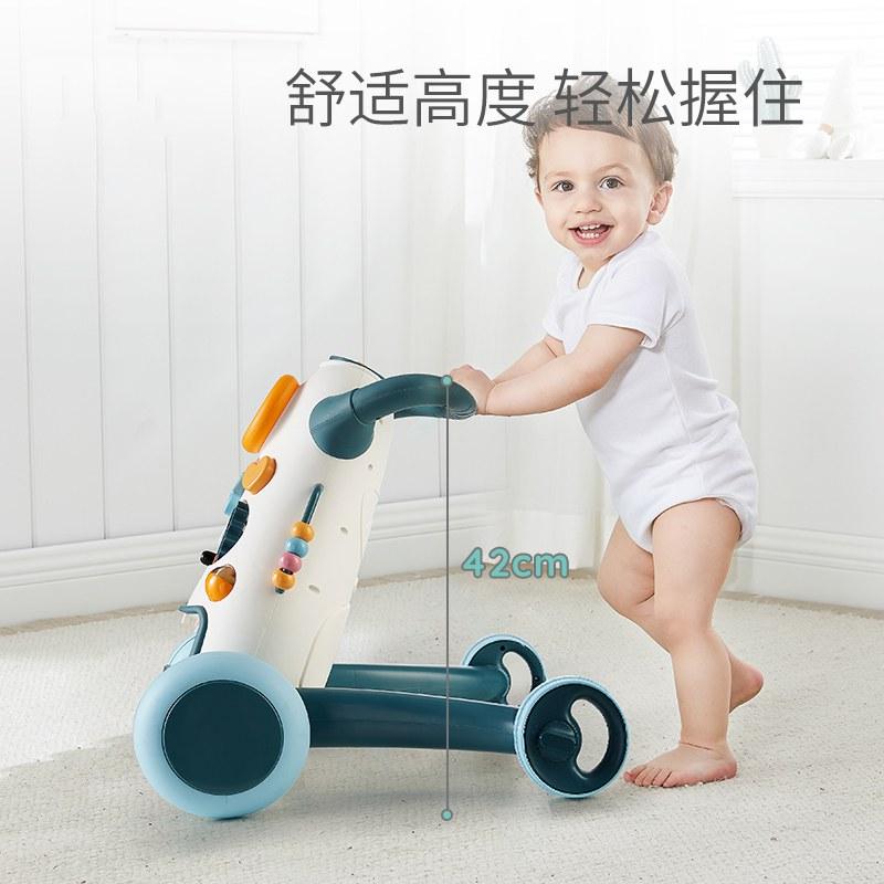 男の子は音楽を持っています。乳幼児は静音車を歩きます。ベビーカーを調節できます。