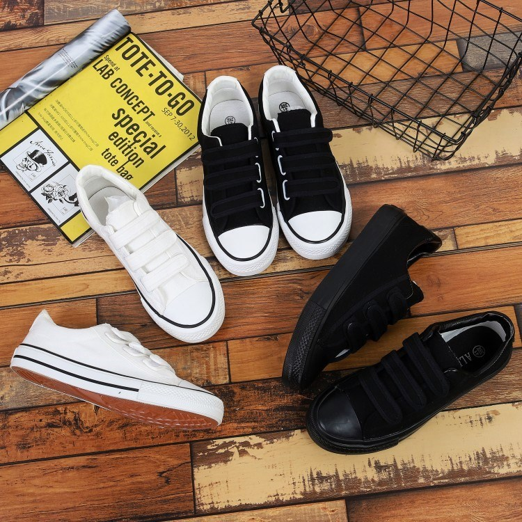 Daily Korean version of mens Velcro canvas shoes glued buckle mens shoes black and white casual shoes cloth shoes student shoes.