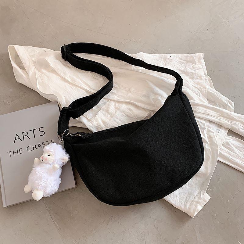 夏季帆布包包女包2021新款时尚简约单肩包爆款百搭可爱挂件新月包