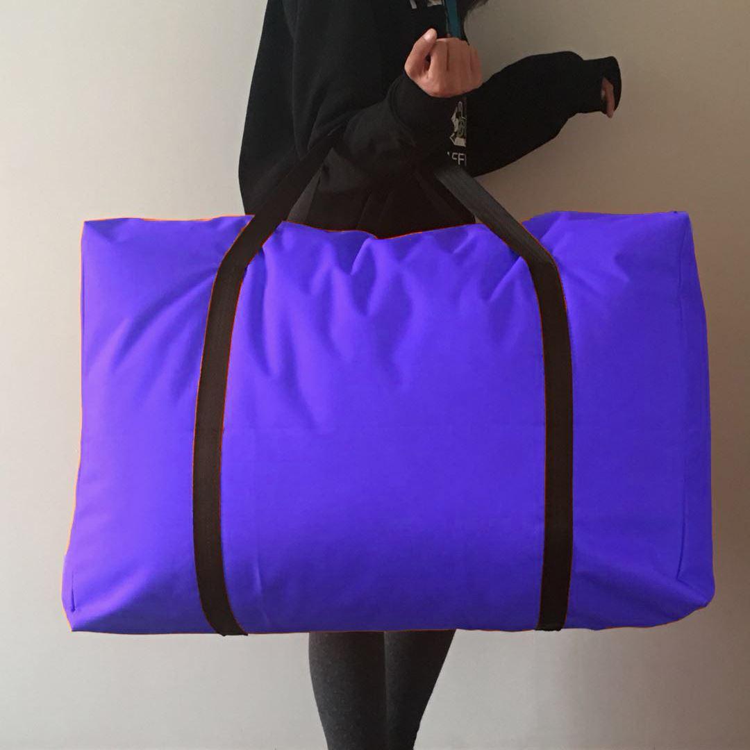 寮の小包は湿気を防ぐために黒色にします。簡単な服を入れて、布団を包んで、寝具を収納します。