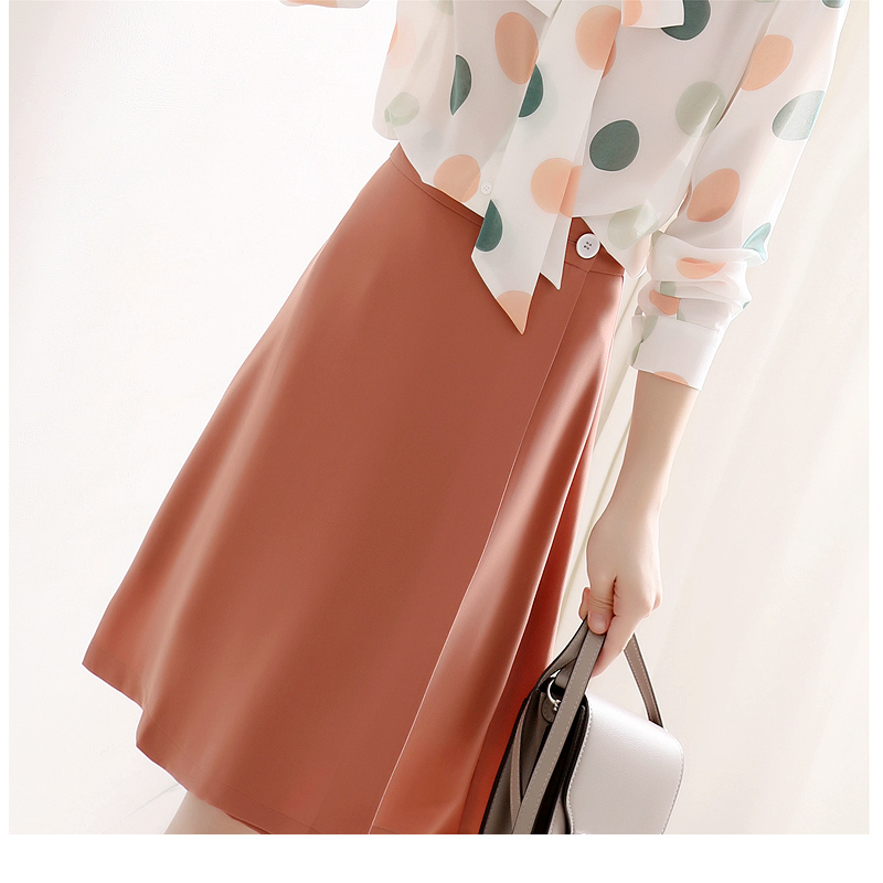 One second in early autumn, its very hot. Carrot color G series A-shaped A-shaped skirt. Its knee high and knee high. Womens skirt