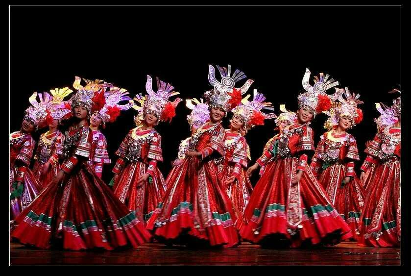 新款苗族盖新房舞蹈服饰少数民族舞蹈红色舞蹈演出服壮族瑶族服装