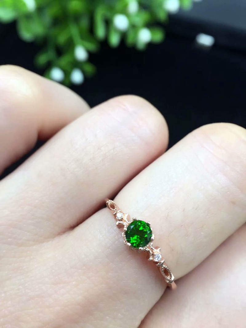 The new S925 silver round ring has a round size of 4 * 4 mm and can be inlaid with small gems such as tourmaline and jadeite